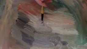 Het Canvas van schildersapplying oil on stock video