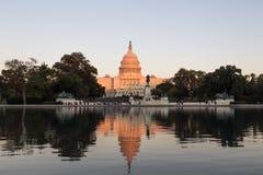 Het Capitool van de V.S. dat door zonsondergangzon wordt verlicht Stock Fotografie