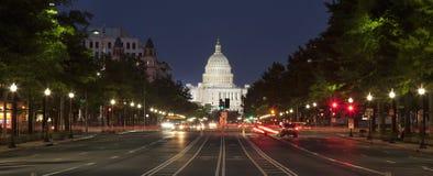 Het Capitool van de V.S. en Grondwetsweg in Washington DC bij nacht royalty-vrije stock afbeelding