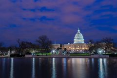 Het Capitool van Verenigde Staten met bezinning bij nacht, Washington DC royalty-vrije stock foto's