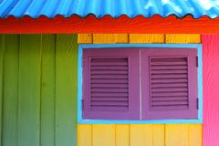 Het Caraïbische die huis van de strandstijl met primaire kleuren in reggae decoratieve stijl wordt geschilderd royalty-vrije stock foto's