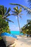 Het Caraïbische tropische strand met boot beached royalty-vrije stock foto's