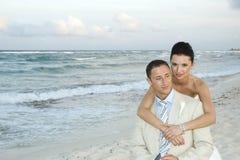 Het Caraïbische Huwelijk van het Strand - Bruid en Bruidegom Royalty-vrije Stock Afbeeldingen