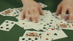 Het casino, de handelaar mengt zich in speelkaarten stock footage