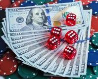 Het casino dobbelt op de achtergrond van de Dollarsrekening Royalty-vrije Stock Foto's