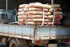 Het cement doet vervoer in zakken Stock Afbeelding