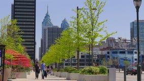 Het centrum die van Philadelphia van de de zomerdag de vierkante 4k V.S. lopen stock video
