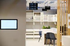 Het centrum van administratie Het co-werkend proces, het ontwerpteam stelt een modern bureau in werking bureaucomputers op een ho stock foto