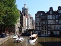 Het centrum van Amsterdam - kanaalhuizen met torenbasiliek H Nicolaas Royalty-vrije Stock Foto