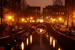 Het centrum van Amsterdam 's nachts in Nederland Stock Foto's