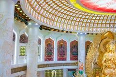 Het Centrum van Boeddhisme in Sanya Tempel met Lotus op het plafond, Gouden Boedha en vele standbeelden en godinnen stock foto's