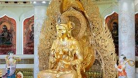 Het Centrum van Boeddhisme in Sanya Tempel met Lotus op het plafond, Gouden Boedha en vele standbeelden en godinnen royalty-vrije stock afbeeldingen