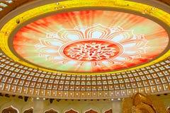 Het Centrum van Boeddhisme in Sanya Tempel met Lotus op het plafond, Gouden Boedha en vele standbeelden en godinnen stock fotografie