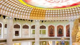 Het Centrum van Boeddhisme in Sanya Tempel met Lotus op het plafond, Gouden Boedha en vele standbeelden en godinnen royalty-vrije stock foto