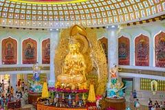 Het Centrum van Boeddhisme in Sanya Tempel met Lotus op het plafond, Gouden Boedha en vele standbeelden en godinnen royalty-vrije stock fotografie