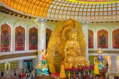 Het Centrum van Boeddhisme in Sanya Tempel met Lotus op het plafond, Gouden Boedha en vele standbeelden en godinnen royalty-vrije stock afbeelding