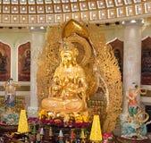 Het Centrum van Boeddhisme in Sanya Tempel met Lotus op het plafond, Gouden Boedha en vele standbeelden en godinnen stock afbeelding