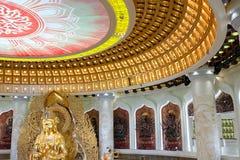 Het Centrum van Boeddhisme in Sanya Tempel met Lotus op het plafond, Gouden Boedha en vele standbeelden en godinnen stock afbeeldingen