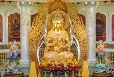 Het Centrum van Boeddhisme in Sanya Tempel met Lotus op het plafond, Gouden Boedha en vele standbeelden en godinnen stock foto
