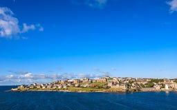 Het centrum van de Lerwickstad onder blauwe hemel Stock Afbeeldingen