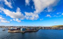 Het centrum van de Lerwickstad onder blauwe hemel Stock Fotografie