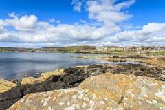 Het centrum van de Lerwickstad onder blauwe hemel Royalty-vrije Stock Foto