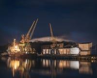 Het centrum van de Liepajasstad bij nacht Royalty-vrije Stock Fotografie