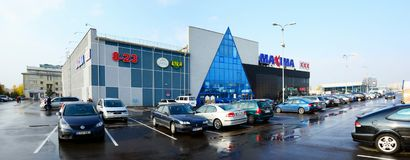 Het centrum van de maximawinkel in Vilnius-de straat van stadsukmerges Stock Foto