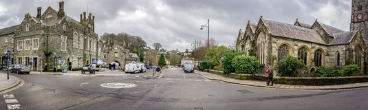Het centrum van de Tavistockstad met inbegrip van stadhuis en parochiekerk - panorama in Tavistock, Devon, het UK wordt genomen d stock afbeelding