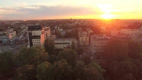 Het centrum van de zonsondergangstad stock video