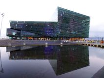Het Centrum van Harpa Concert Hall en van de Conferentie, Overweldigend Oriëntatiepunt van Reykjavik, IJsland stock foto's