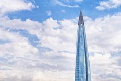 Het centrum van wolkenkrabberlakhta tegen bewolkte hemel stock foto