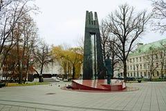 Het centrumbeeldhouwwerk van de Vilniusstad aan Vincas Kudirka in de herfsttijd Royalty-vrije Stock Foto