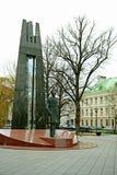 Het centrumbeeldhouwwerk van de Vilniusstad aan Vincas Kudirka in de herfsttijd Stock Fotografie
