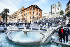 Het centrummonumenten van Rome Oude bootfontein en toeristen, Spaanse stappen Italië royalty-vrije stock foto's