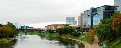 Het centrumrivier Neris van de Vilniusstad en Zverynas-brug royalty-vrije stock afbeelding