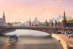 Het centrumrivier van Moskou lanscape met stoombootboot en brug stock fotografie