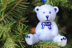 Het ceramische blauw draagt hangend op de Kerstmisboom stock afbeelding