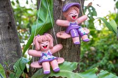Het ceramische pop twee mobiele hangen op de boom stock fotografie