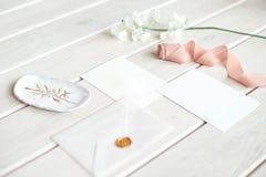 Het certificaat van de de verjaardagsgift van de huwelijksuitnodiging voor een kuuroord of een zorg verfraaide brievenkaart op ee royalty-vrije stock fotografie