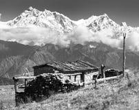 Het chalet op weiland en zet Annapurna op stock fotografie