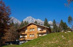 Het Chalet Tovel dichtbij Tovel-meer, Val di Non binnen het adamello-Brenta Natuurreservaat, Trentino alt-Adige, Italië stock foto