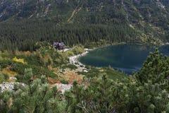 Het chalet van de berg door het meer van morskieoko royalty-vrije stock afbeelding