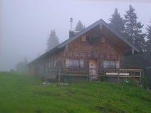 Het chalet van de berg in mist Stock Foto's