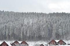 Het chalet van de de winterski, sneeuwlandschap, de winterachtergrond met exemplaarruimte royalty-vrije stock afbeeldingen