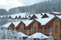 Het chalet van de de winterski, sneeuwlandschap, de winterachtergrond met exemplaarruimte stock fotografie