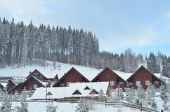 Het chalet van de de winterski, sneeuwlandschap, de winterachtergrond met exemplaarruimte stock afbeeldingen