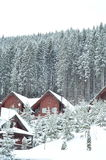 Het chalet van de de winterski, sneeuwlandschap, de winterachtergrond met exemplaarruimte royalty-vrije stock afbeelding