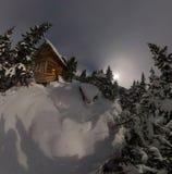 Het chalet van het satellietbeeldhuis tijdens een sneeuwval in het bos van de bomenwinter bij nacht in het maanlicht royalty-vrije stock foto