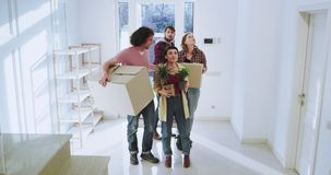Het charismatische en aantrekkelijke paar en hun vrienden die zich aan een nieuw huis bewegen maakten indruk en wekten zeer op zi stock videobeelden